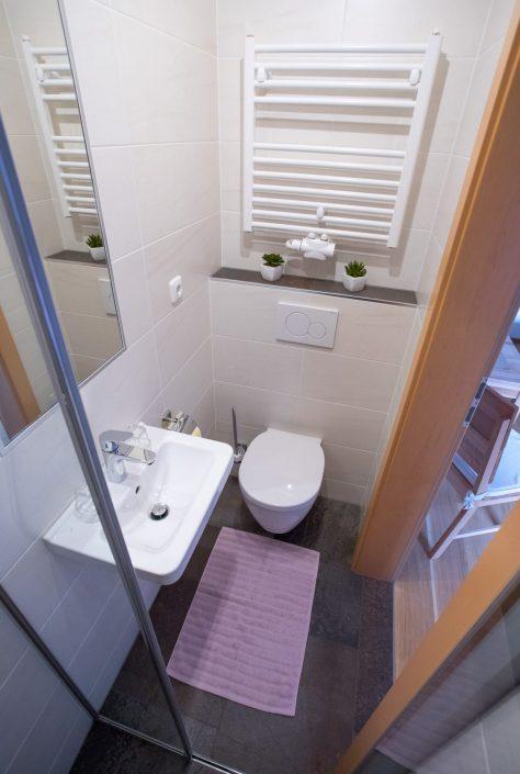 Kleines Badezimmer, violettes Schlafzimmer